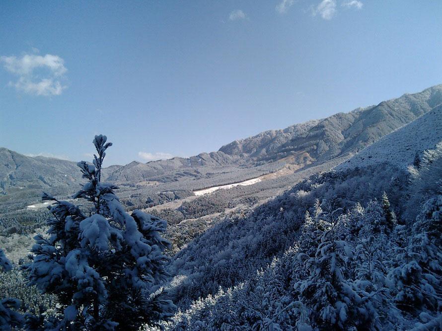 うっすらと雪化粧した山は、夏の市房山とはまったく異なる雰囲気。