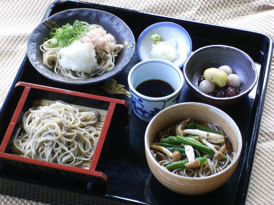 つなぎを使わない十割そばを使用。写真は「蕎麦三昧」1400円(税込)。