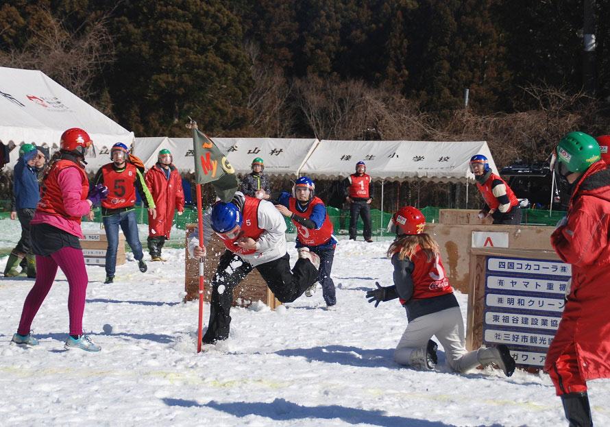 雪玉をぶつけられたらコートから出て、試合時間内にどれだけの選手が残ったかで勝敗を競い合うが、相手のチームフラッグを雪玉に当たらずに奪うと、その時点で奪った側のチームの勝利となる。