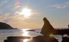 ゴジラの形の巨岩と波の花、日本海の絶景を望むカフェ……冬の奥能登へドライブ 石川県珠洲市