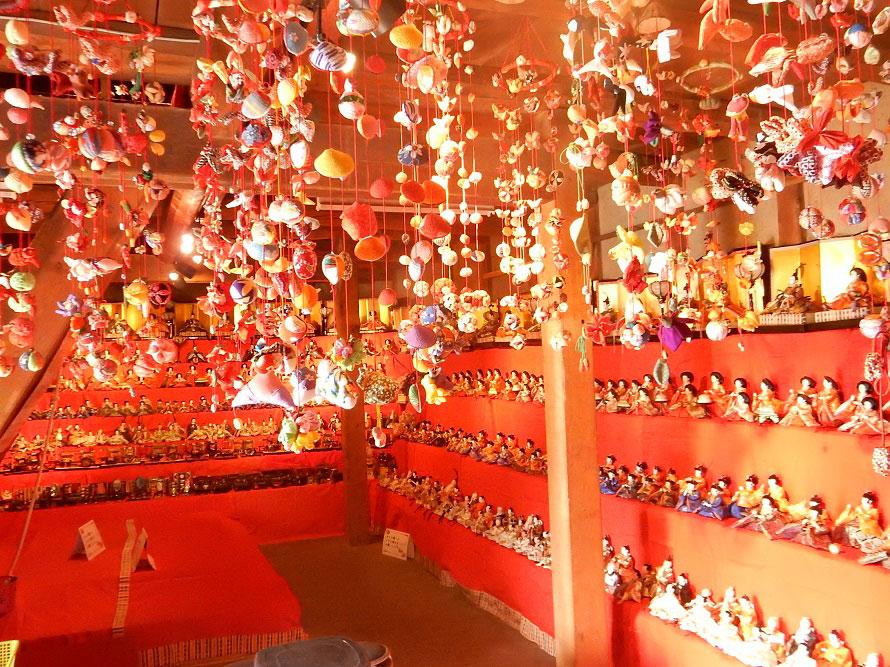500体のひな人形は圧巻。吊るし雛が愛らしい(写真は2018年、三十八間蔵のひなミュージアムで撮影)。