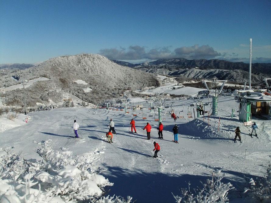 ファミリーゲレンデのほか、初中級者用1コース、中上級者用2コース(うち1コースは積雪状況により開放)もあるので、初心者から上級者まで楽しめる。