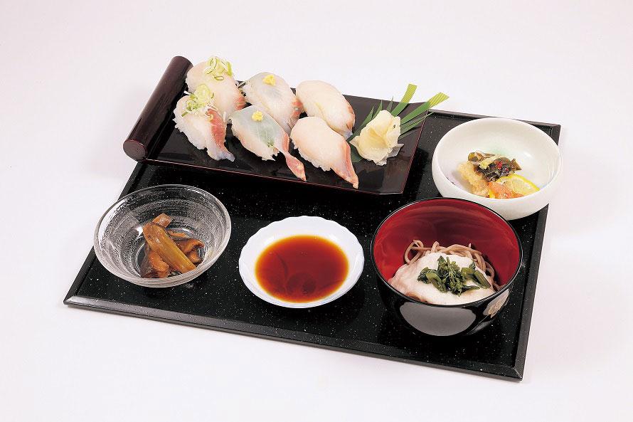 「ロイヤルフィッシュ寿司」1800円(税込)は「湯~らんどパルとよね」で土・日曜のみ、数量限定で販売。