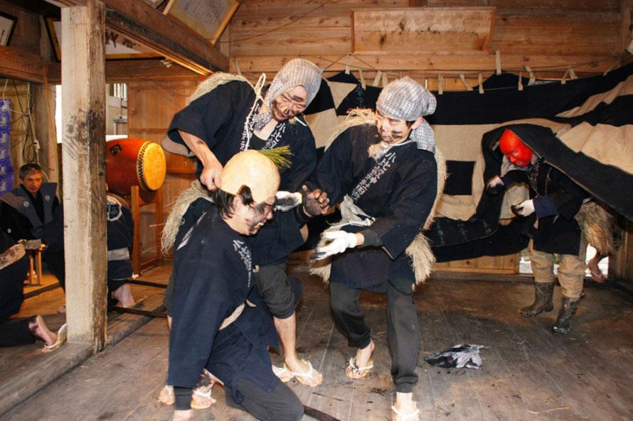 羽織袴姿の頭取1人と法被股引姿の田人(たうど)4人が田仕事の一年を再現。