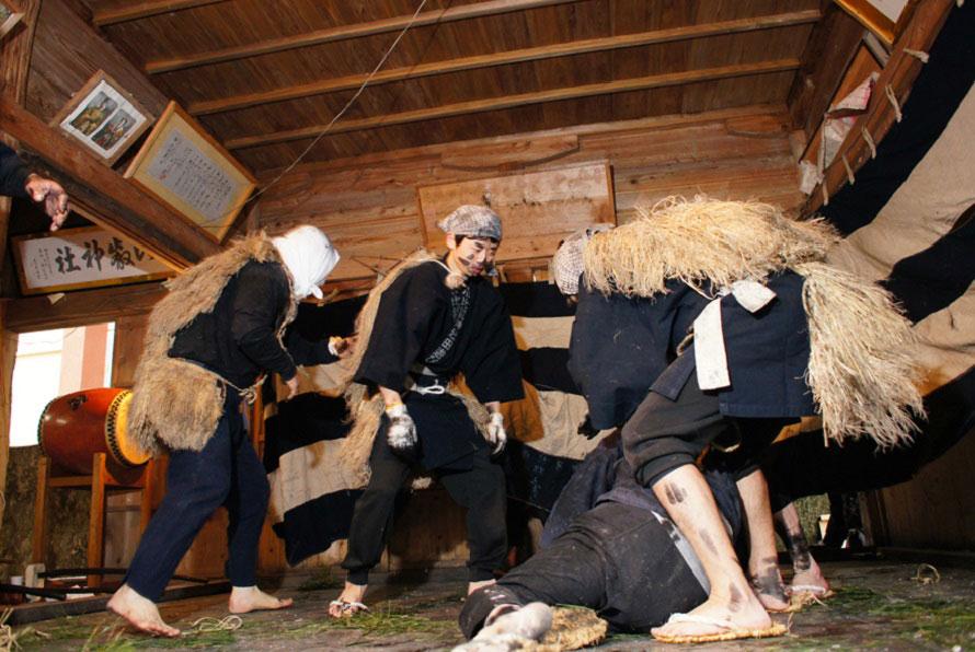 佐渡島内の他の地区にも田遊び神事が伝わるが、小比叡の田遊び神事は遊びの要素を入れるなど、観客をより意識した演出がなされている。
