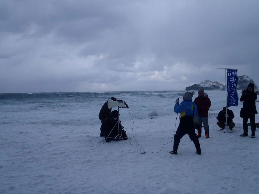 冬の荒波がさかまく日本海に向かって、新年の抱負を絶叫!