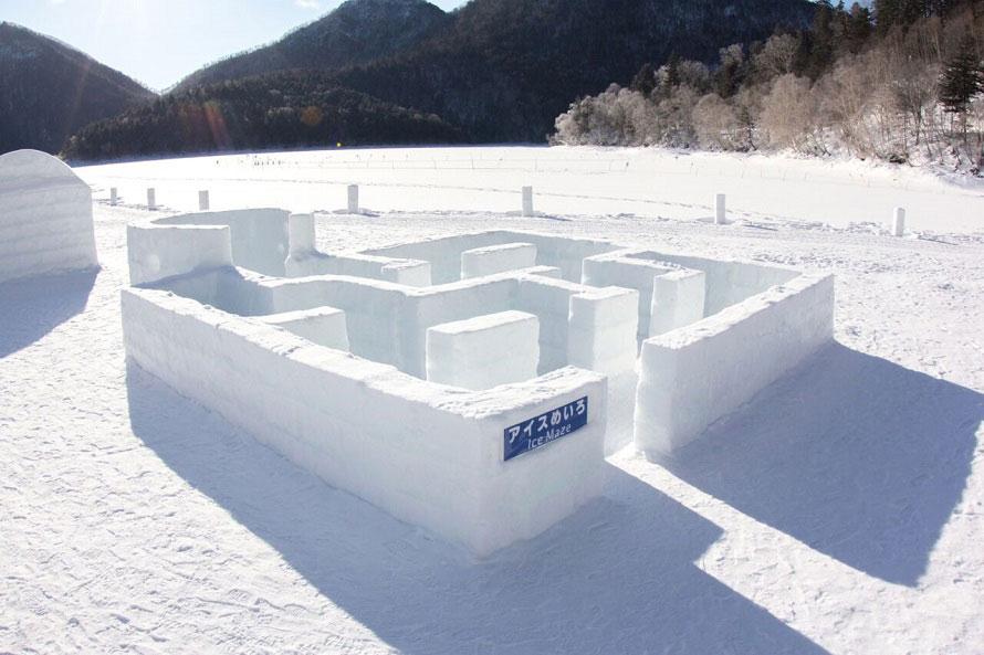 氷でできた迷路が登場!「しかりべつ湖コタン」の村民証をもらえるスタンプラリーもある。