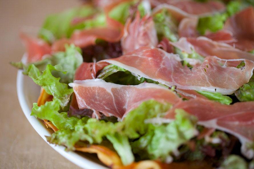 「生ハムとレタスのピザ」(1800円)は人気メニューのひとつ。ほかにも、「鳥肉の紅茶煮」や「鹿追産モッツァレラチーズのピザ」、「ガーリックライスのオムライス」など多彩なメニューが揃う。