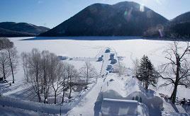 「しかりべつ湖コタン」は冬の間だけ出現!美しく幻想的な雪と氷の村へドライブ 北海道鹿追町