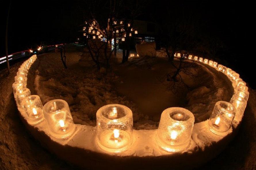 ろうそくに火を灯しても、外気温が低いので氷はすぐには溶けない。神秘的な光景が広がる。