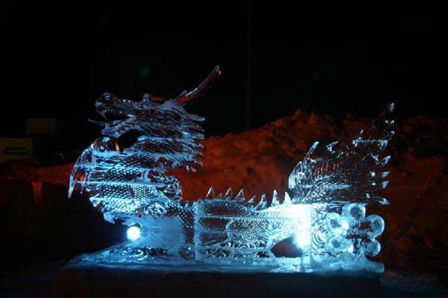 氷の彫刻も登場する(写真は過去開催時のもの)