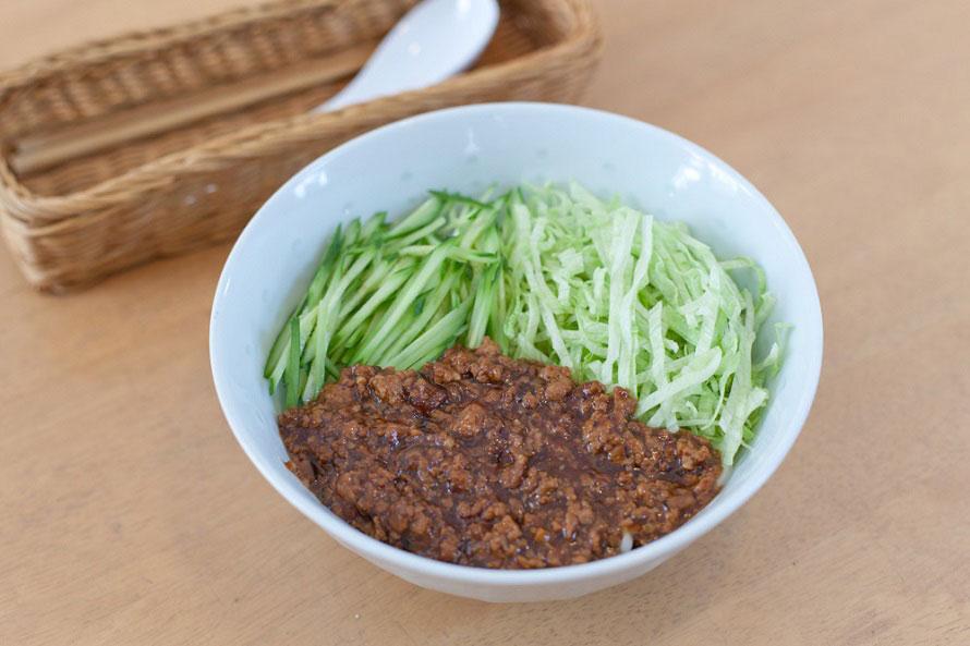 パスタやうどん、そうめんなど麺類のメニューが豊富。中でも人気なのが「ジャージャー麺」730円。