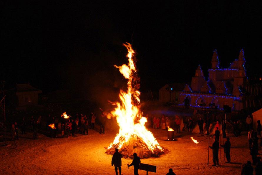 火柱が15mに達するヤハハエロ(さいぞう笑い)や炎を囲んでのフォークダンスも行われる。