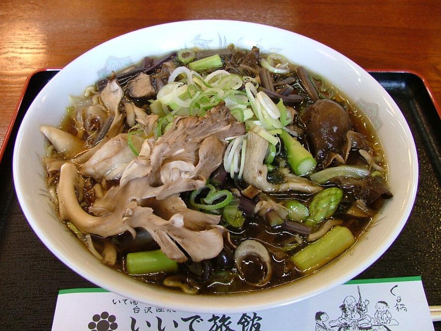 熱々で提供される「山菜ラーメン」800円(税別)は人気メニュー。