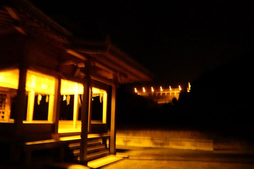 竜門ダム(奥)の手前に見えるのは、長野天満宮。地元の人々に親しまれている神社だ。