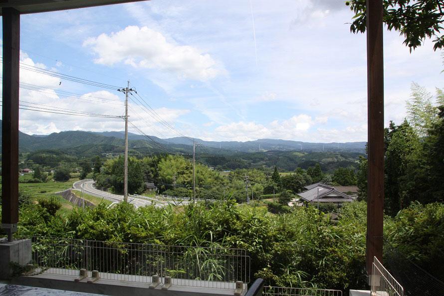 窓際の席からは、周囲の緑や山々を一望。外にテラス席がある。