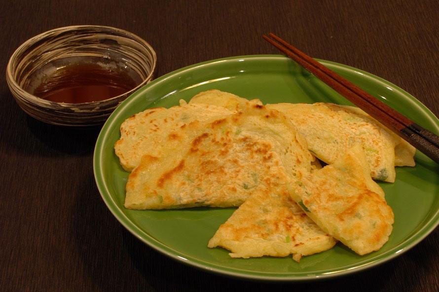 小麦粉にシソの葉や味噌などを入れて焼いた「たらし焼き」。おやつやお茶受けに重宝された。