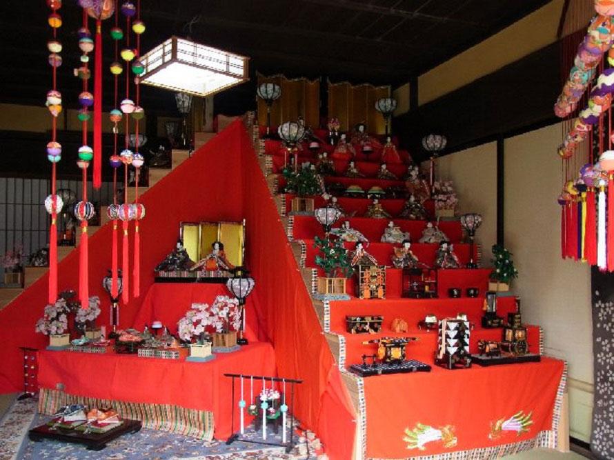 防府天満宮から譲り受けた一式や、幼稚園児が竹で作った作品なども並ぶ。