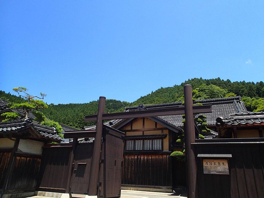 立派な門構えの邸宅では、江戸から昭和期までの和風建築の意匠を見ることができる。