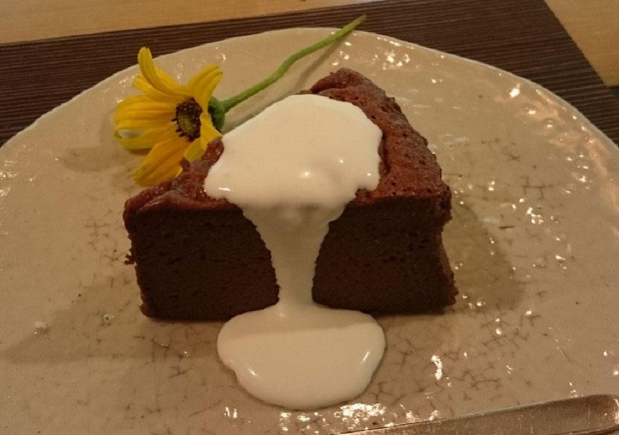 ケーキにはさりげなく草花があしらわれている。コーヒー450円、気まぐれケーキ300円、こっこプリン300円など。