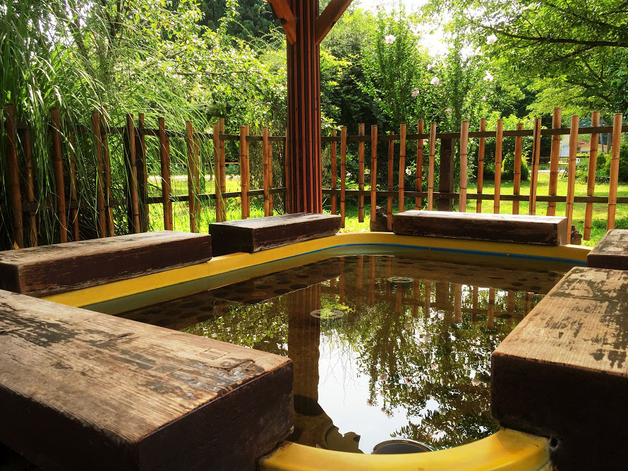 気軽に楽しめる無料の足湯があり、千本松温泉と同じ泉質・効能。