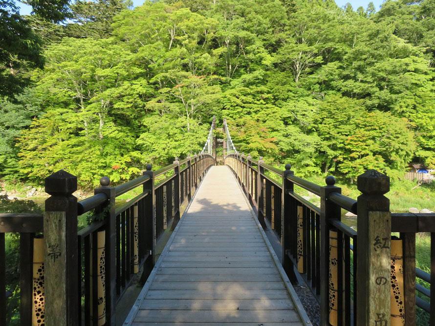 新緑もおすすめの紅橋。橋を渡った先には遊歩道が整備されていて、散策を楽しめる。
