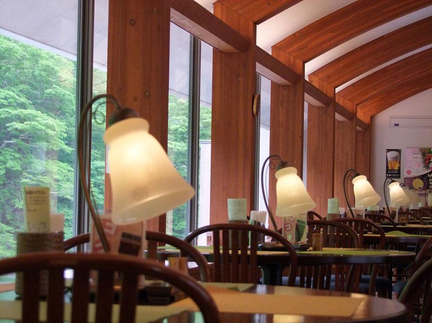 窓側のテーブル席からは、戸外の新緑や紅の吊橋を一望できる。