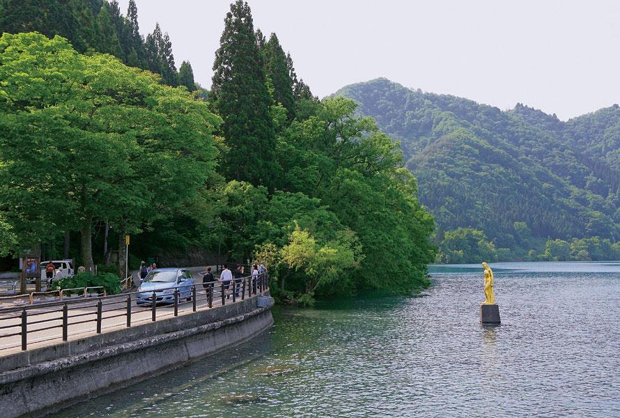伝説の美少女、たつこ姫のブロンズ像は田沢湖のシンボル。