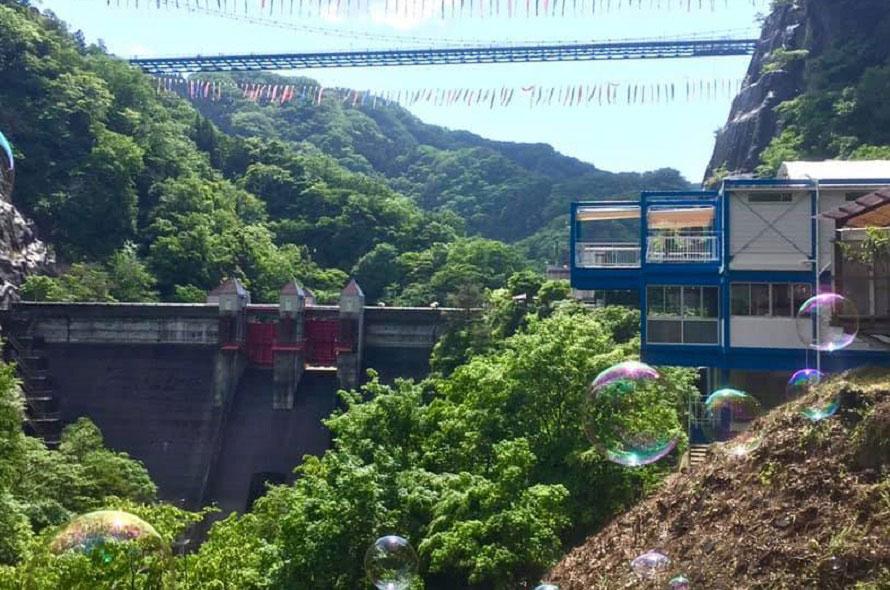 「竜神カフェ」は、竜神大吊橋や竜神ダム湖を望む絶景のロケーション(写真右の青い建物)。