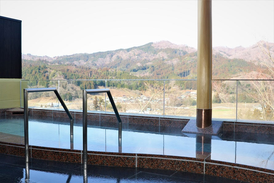 高台に位置し、絶景を望める露天風呂。単純硫黄泉の天然温泉と眺望を満喫。
