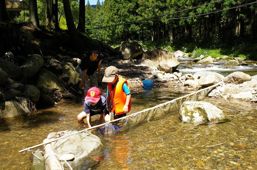 釣り竿は現地でレンタル(有料)できる。貸しテントも有料で借りることができ、一日楽しめる。