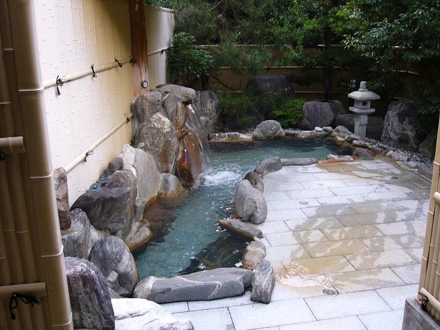 野趣あふれる露天風呂。人気の温泉だが込み合うことはなく、早い時間帯に来れば貸し切り状態を楽しめるかも。