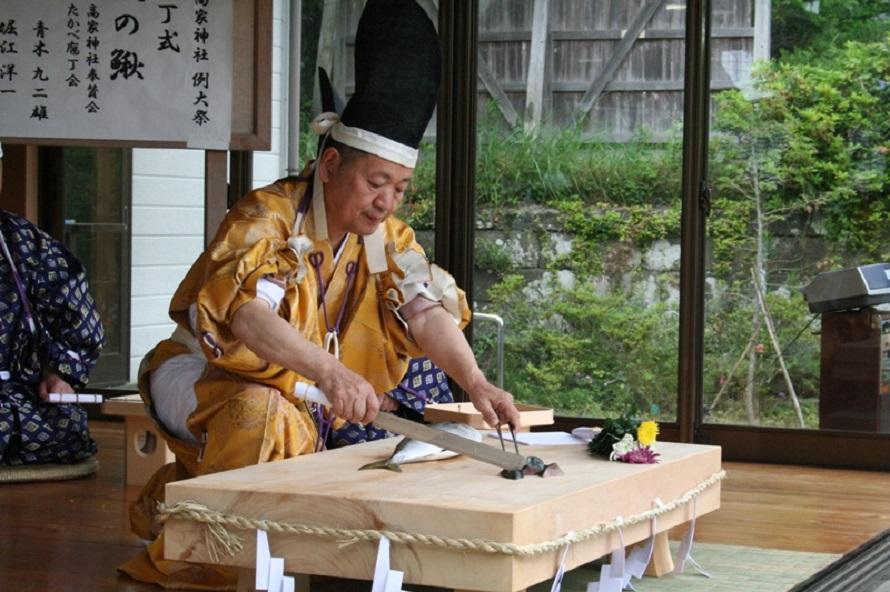 日本料理の伝統を伝える行事として知られる庖丁式には、外国人も含め多くの観光客が訪れる。古式ゆかしい所作と庖丁さばきは熟練の技の賜物。