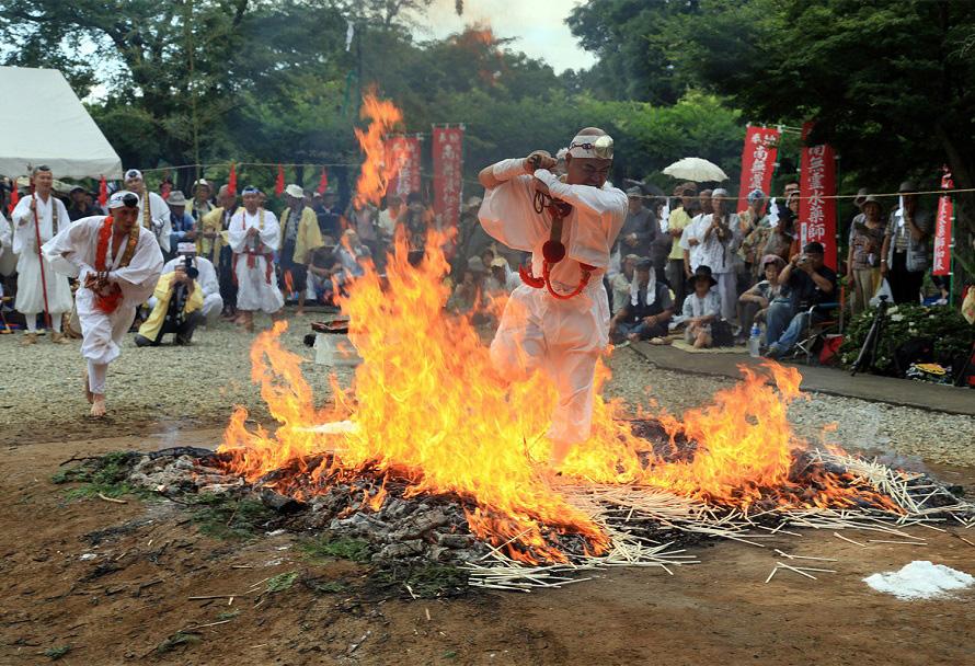 燃えさかる炎の中の不動明王と一体になるべく、炎に飛び込む大祇師(だいぎし)。勢いよく燃える炎は迫力満点。