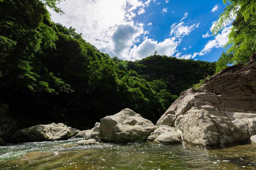 昭和10年(1935)に国の名勝に指定された景勝地。滝や深淵が多くある。