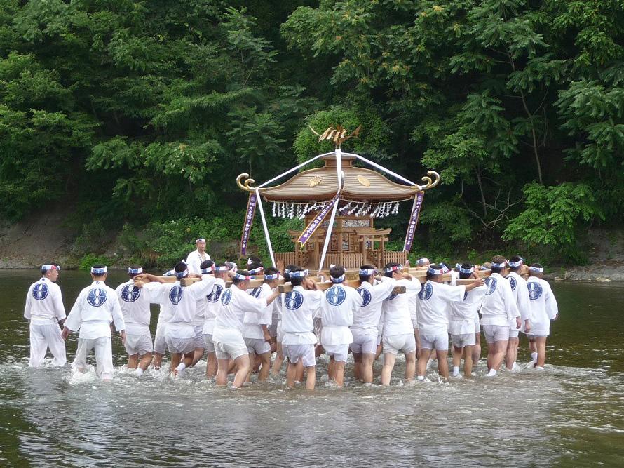 若者たちが荒川に入り「わっしょい、わっしょい」の掛け声とともに行う神輿洗いは迫力満点。