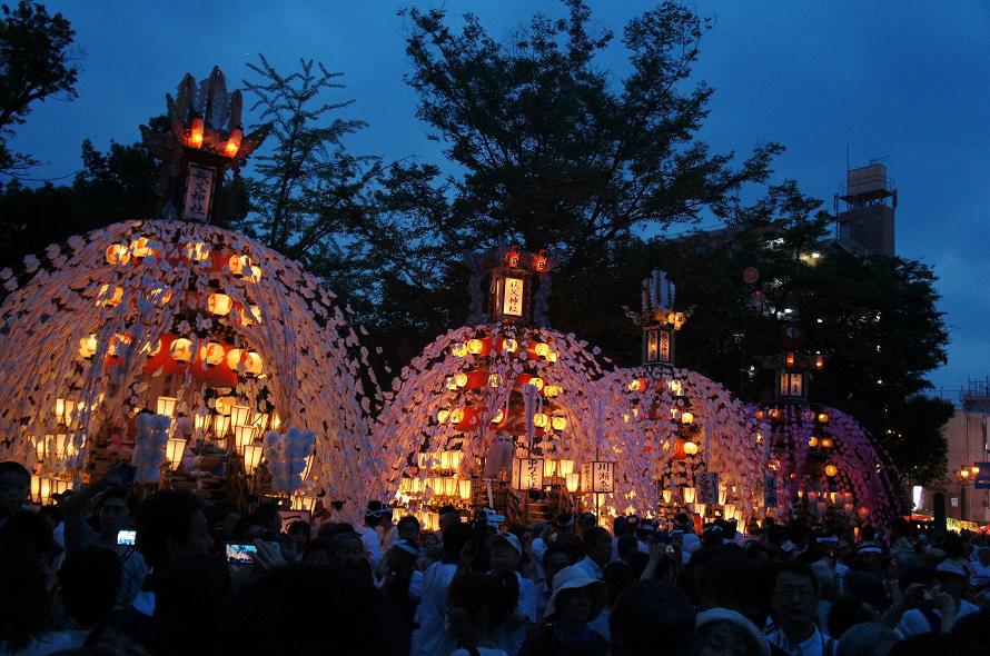 複数の屋台・笠鉾が集まる「すれ違い」や「曳き別れ」も見どころ。