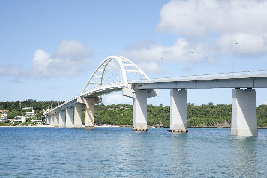 写真提供:沖縄観光コンベンションビューロー許田ICから30分ほどで、離島でのビーチタイムを満喫できる。