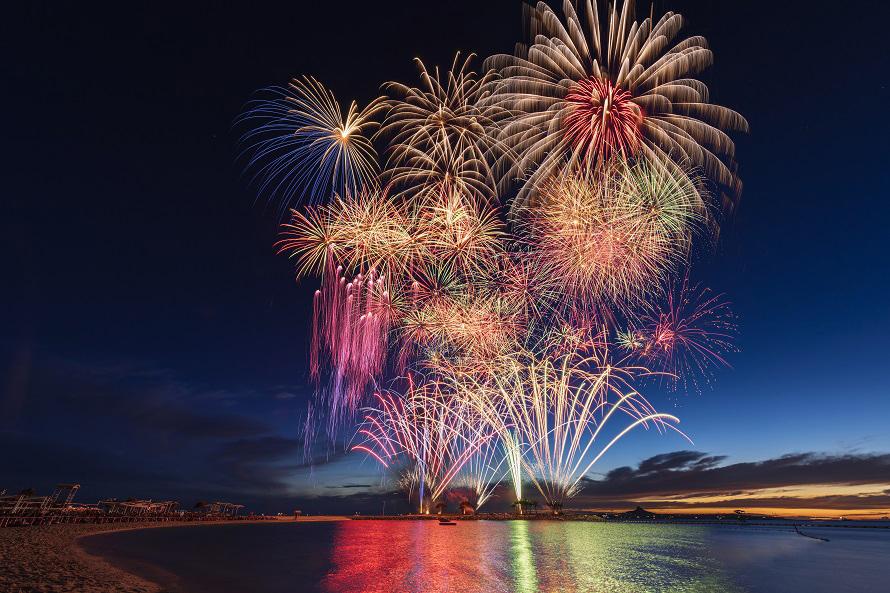 写真提供:国営沖縄記念公園(海洋博公園)・エメラルドビーチ白い砂浜が美しいエメラルドビーチを舞台に打ち上げられる花火は大迫力!