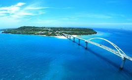 橋を渡って瀬底島へドライブ!海洋博公園では毎夏恒例の花火大会を楽しもう 沖縄県本部町