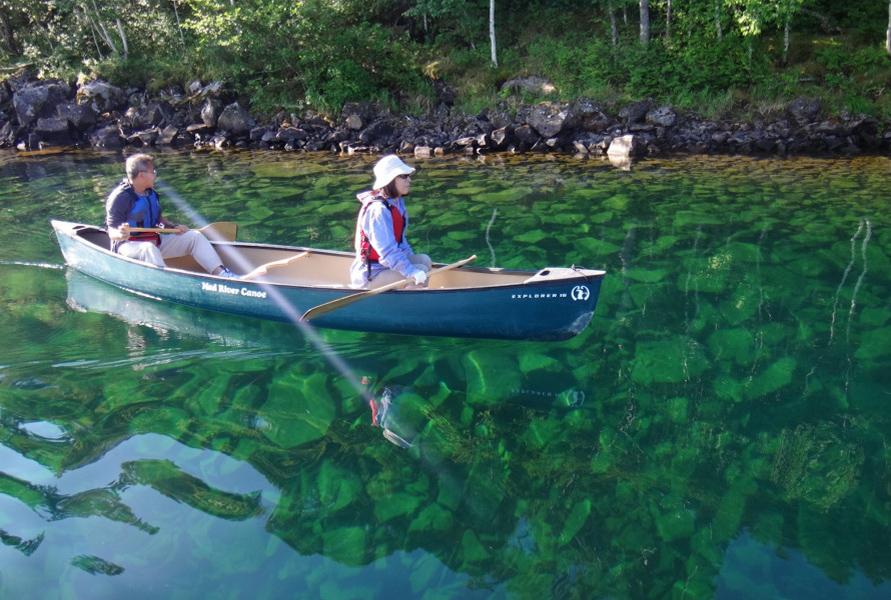 プカプカと浮かびながら進むカナディアンカヌーは、次々と移り変わる湖畔の絶景を楽しめる。ガイドと一緒なので安心だ。