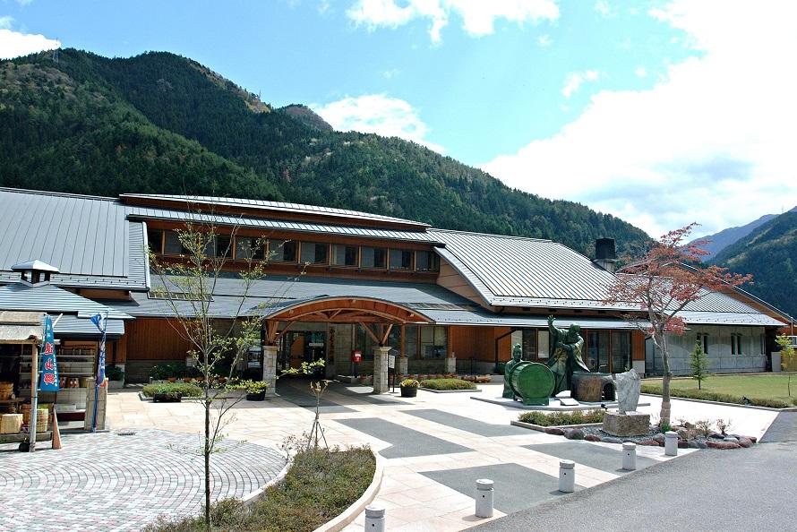 「かぐらの湯」は、国道152号沿いの道の駅「遠山郷」に併設された日帰り温泉施設。