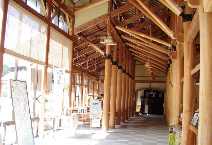 館内には、地元産のヒノキ丸太やスギ材を多用。畳敷きの無料休憩室や食事処もある。