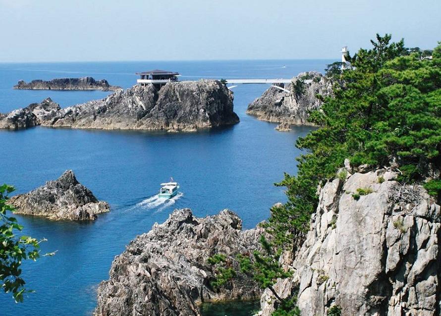 「尖閣湾」の名は昭和7年(1932)、この地を訪れた理学博士・脇水鉄五郎により名付けられた。博士は、ノルウェーのハルダンゲル・フィヨルドの峡尖美に勝るとも劣らない海岸美だと称賛したという。