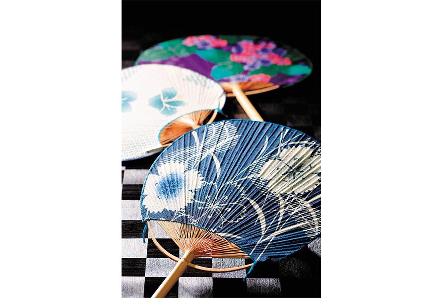 太さ1,5cmほどの竹を64等分して骨を作り、それを編んで扇形に仕上げた「丸柄」が特徴の房州うちわ。現在でも年間約30万本の房州うちわが生産され、贈答品などに利用されている。