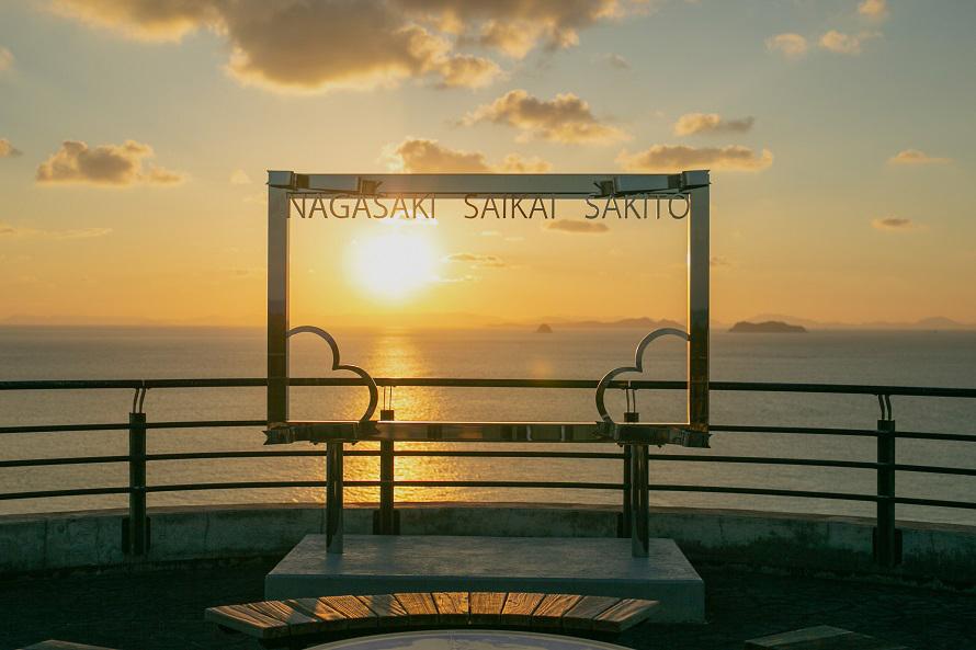 美しい夕日を見に、カップルやカメラマンも多く訪れる。