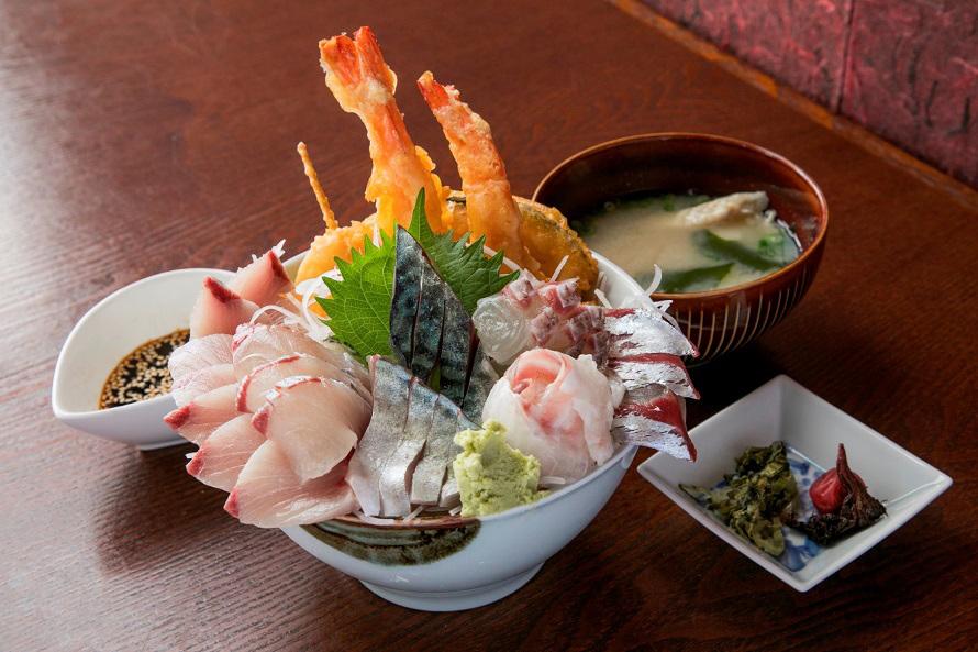 前回提供された豪快な「メガ盛り丼」。お刺身や天ぷらが丼からこぼれんばかり!(2019年度のさいかい丼は準備中です。)
