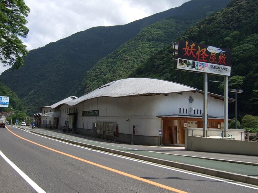 吉野川に沿って走る国道32号にある道の駅。大歩危峡観光遊覧船の運行場所にも近い。