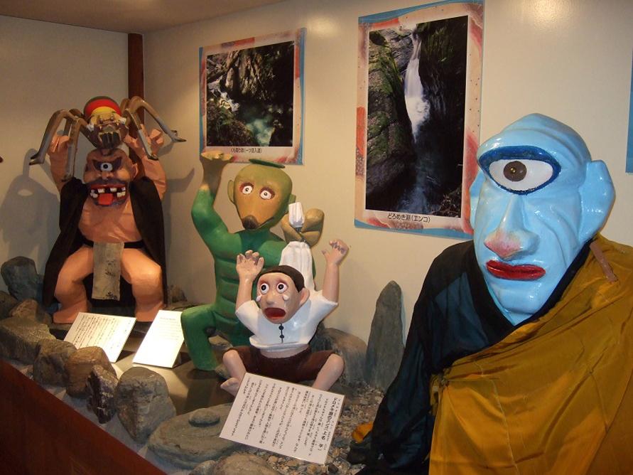 妖怪展示コーナーでは、妖怪たちを山里や水辺など、出没したとされる場所別に展示。
