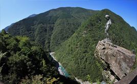 はるか下の谷底に目がくらむ!絶景・祖谷の渓谷や妖怪屋敷へドライブ 徳島県三好市